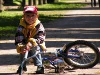 Научить ребенка ездить на велосипеде