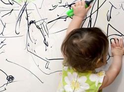 Ребенок рисует черными