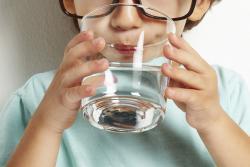 почему ребенок пьет много воды