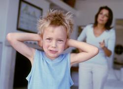 Ребенок бьет себя по голове